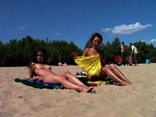 nackt Teen Nudist lässt das Wasser ihren Körper küssen