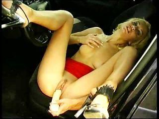 blonde Schlampe Dildo rammen im Auto