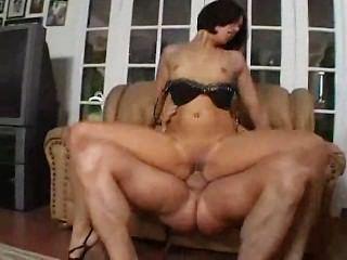 latin Babe reitet die Pole