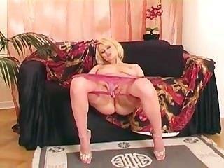 blonde Finger ihre rasierte Muschi