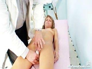 Vladimira reifen alten Pussy Speculum Gyno Prüfung