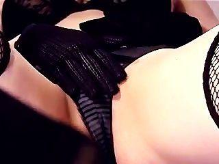 Nahaufnahme Masturbation in Oberschenkel hohe Netzstrümpfe und Handschuhe