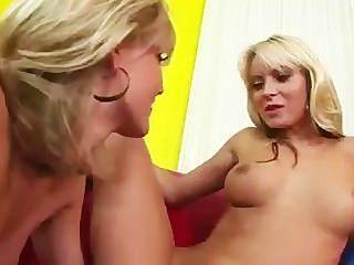 zwei Blondinen einander Verkostung