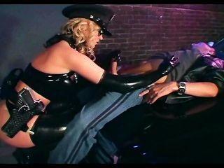 Polizistin Ficken in glänzenden Latex Dessous