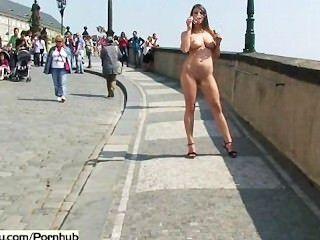 frechen süßen Babes nackt auf öffentlichen Straßen