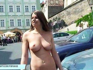 Monalee zeigt ihre Brüste auf öffentlichen Straßen