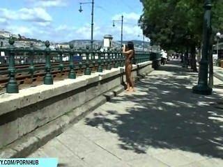süß Vorburg zeigt ihre sexy nackten Körper auf öffentlichen Straßen