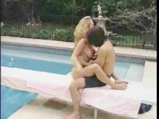 blonde Milf am Pool riss
