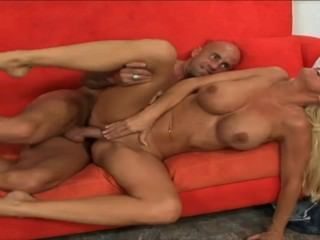 reife Blondine Ficken auf rotem Sofa