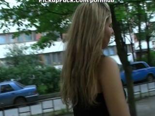 Pick-up-Mädchen auf der Straße und gefickt