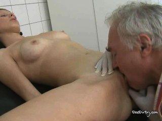 alte Arzt leckt jungen Brünetten Muschi