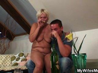 Frau fängt ihn auf ihre alte Mutter ficken