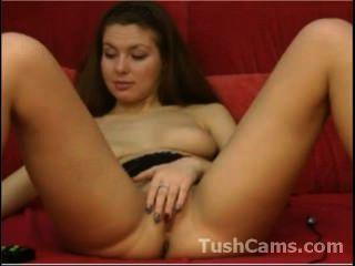 niedliches Küken ihren Körper vor der Webcam zeigt