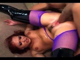 Rotschopf Analsex in Oberschenkel hohe glänzenden Stiefel und sexy Netzstrumpfhose