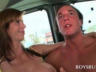 busty Babe macht dieser Kerl in der Jungen-Bus richtig geil