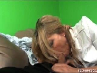 Mutter und Tochter saugen ein Boner