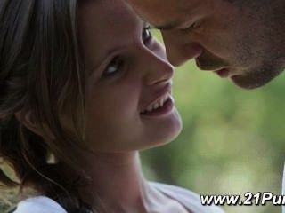 petite Teen mit natürlichen Titten macht die Liebe mit ihrem Freund