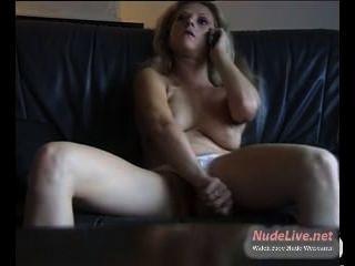 sehr heiß reife Blondine wird geil während auf dem Handy auf Webcam