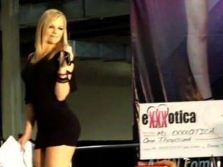 Alexis Texas macht Mädchen Streifen BH und Slip