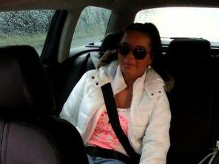 schöne vollbusige Teen fickt in gefälschten Taxi