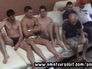 treffen heiße Amateur australisches Jungs und beobachten sie für eine Gruppe 6way bereit