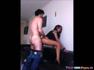 Ficken meine langen Beinen gf Doggystyle auf dem Sofa