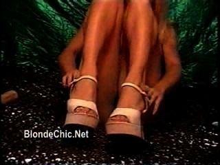 Mädchen spielen solo in Miniröcken