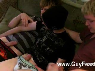 Homosexuell Film aron, kyle und James sind auf der Couch drapiert und vorbereitet