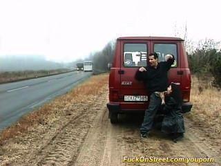 Hure saugt Hahn auf der Straße