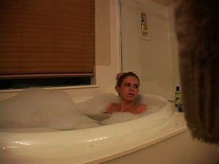 Mädchen in der Badewanne Masturbation