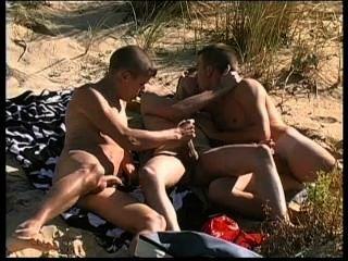 drei schöne Punks haben sehr heißen Sex auf FKK-Strand.