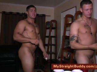 nackt marine Kumpels Bier-Pong spielen