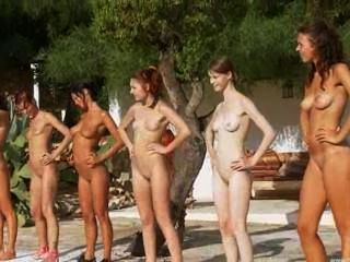 sechs nackten Küken am Pool aus Russland