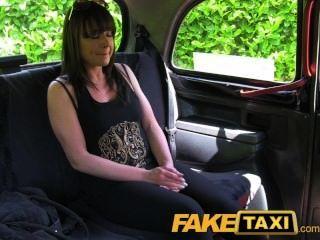 faketaxi verheiratete Frau nimmt eine gute harte fucking