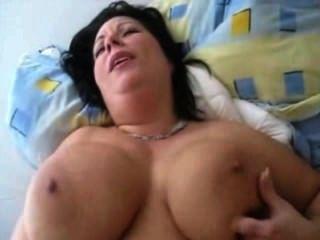 Schlampe mit großen Titten gefickt