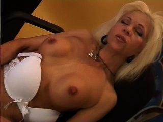 blonde Mutter spielt mit sich selbst