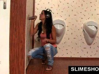 Mädchen bekommt großen Mund voll Sperma bei Glory Hole