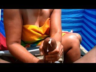 Milf Handjobs großen Schwanz am Strand
