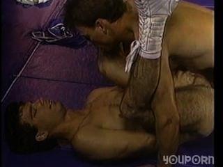 junge Ringer mit heißen Beule wird auf dem Boden gefickt