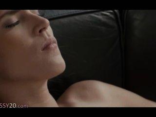 Killer-lesbischen Frauen auf dem Ledersofa