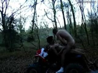 zwei Jungs gehen sie in den Wäldern auf ihren vier Wheeler (atv)