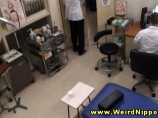 asiatische Amateur bekommt ihre Titten für ihren Arzt aus