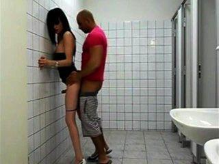 Ficken sexy Transe Hure in der Toilette