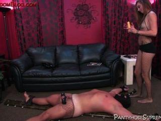 gebootet Domina Hündin steuert ihre männlichen Sklaven unterwürfig