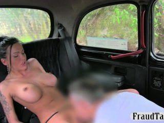 Hot vollbusige Schlampe anal Creampie anspritzen von einem Taxi in den Rücken
