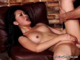asiatische Modell genießt cum in den Mund nach Analsex