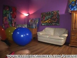 Teenager springt und fällt auf großen Ballons