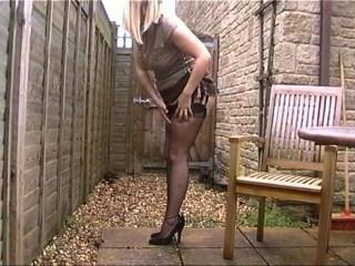MILF in schwarze Nylons im Freien ihre großen Titten ausgesetzt