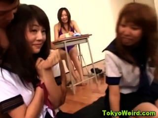 Klassenzimmer asiatische Jugendliche gefingert