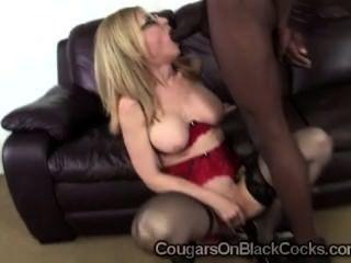 nuttig Milf in sexy Strümpfe Nina Hartley saugt begabte schwarze Mann aus
